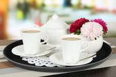 Tazas de café en la bandeja sobre la mesa de café — Foto de Stock
