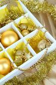Juguetes de navidad en caja de madera sobre fondo brillante — Foto de Stock