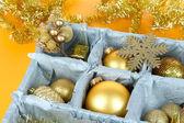 Juguetes de navidad en caja de madera sobre fondo amarillo — Foto de Stock
