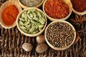Wiele różnych przypraw i pachnące zioła na wiklinowy stół szczegół — Zdjęcie stockowe