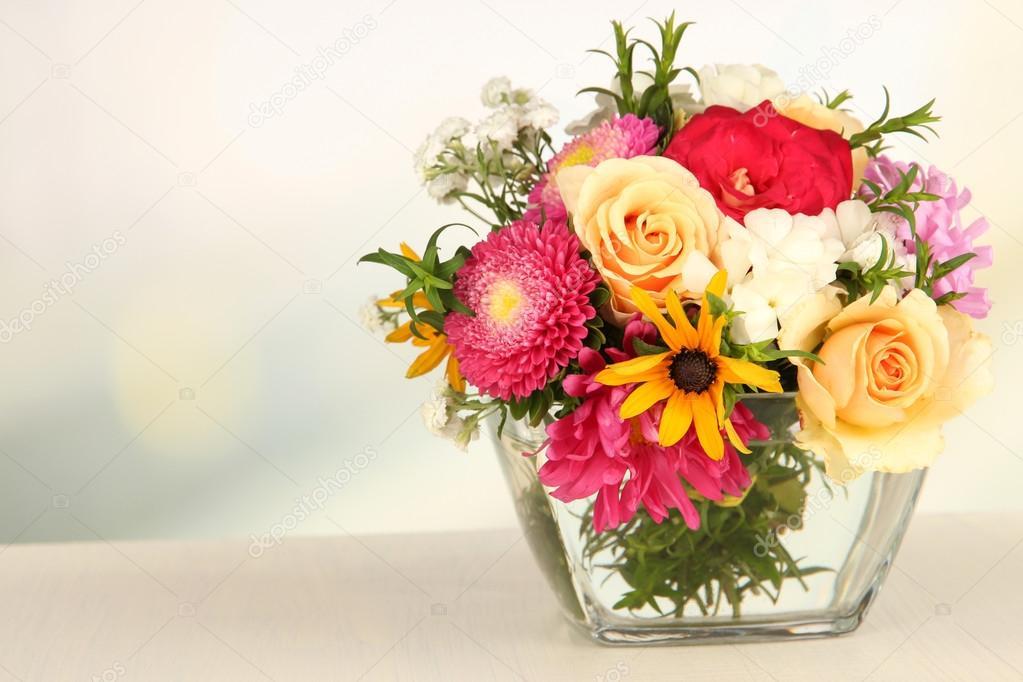 Beau bouquet de fleurs aux couleurs vives dans un vase de verre sur une tabl - Un beau bouquet de fleurs ...