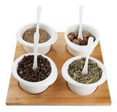 Assortimento di spezie in ciotole bianche, su tavola di legno, isolato su bianco — Foto Stock