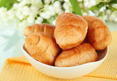 Tasty croissants in bowl close-up — Stock Photo