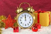 Sammansättningen av klockan och jul dekorationer på ljus bakgrund — Stockfoto