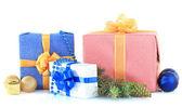 美しい明るいギフト、クリスマス装飾、白で隔離されます。 — ストック写真