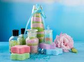 Mavi zemin üzerine cam şişelerde aromalı tuzları — Stok fotoğraf