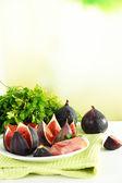 Saborosos figos com presunto na mesa de madeira branca — Foto Stock