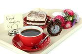Tasse tee mit kuchen auf hölzernen tablett isoliert auf weiss — Stockfoto