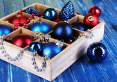 Vánoční hračky v poli na dřevěný stůl detail — Stock fotografie