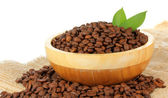 Grãos de café na taça sobre fundo branco — Foto Stock