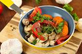 Pokrojone świeże warzywa na patelni na drewniany stół szczegół — Zdjęcie stockowe