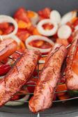 Deliciosas salsichas em close-up plano wok — Foto Stock