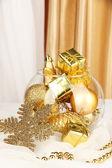 Cerrar adornos navideños en florero de cristal — Foto de Stock
