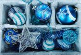Juguetes de navidad en primer plano de la caja de madera — Foto de Stock