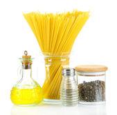 Pasta spaghetti med kryddor och olja isolerad på vit — Stockfoto
