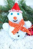 Beau bonhomme de neige sur la neige — Photo