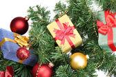 Regalos en el árbol de navidad en el fondo de la habitación — Foto de Stock