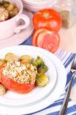 Tomates recheados na placa em close-up de madeira mesa — Foto Stock