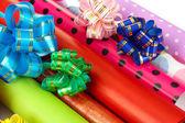 Rolos de papel com fitas, arcos isolados no branco de presente de natal — Foto Stock