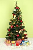 Décoration d'arbre de noël avec les cadeaux sur fond de mur végétalisé — Photo