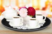 Xícaras de café na bandeja na mesa de café — Foto Stock