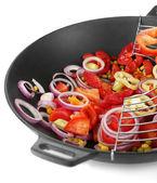 Vegetais no wok isolado no branco — Foto Stock