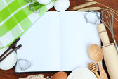 Concepto de cocina. ingredientes básicos para hornear y utensilios de cocina para cerrar — Foto de Stock
