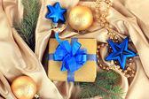 Schöne helle geschenk und weihnachten dekor auf seidenstoff — Stockfoto
