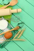 Koken concept. bakken basisingrediënten en keukengerei op houten tafel — Stockfoto
