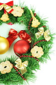 Coroa de natal decorada com biscoitos isolados no branco — Foto Stock