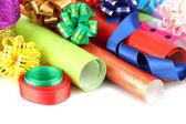 Rollos de papel con cintas, lazos aislados en blanco de regalo de navidad — Foto de Stock