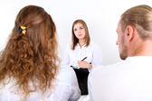 Pareja joven con problemas en la recepción para psicólogo familiar — Foto de Stock