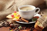 Saboroso café com saborosos biscoitos italianos, sobre fundo de madeira — Foto Stock