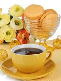 コーヒーと白で隔離されるマカロン — ストック写真