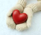Mujer las manos en guantes con corazón rojo, close-up — Foto de Stock