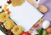 Koken concept. boodschappen met lege kookboek close-up — Stockfoto