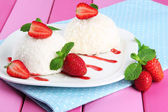 Bolos de coco delicioso prato em close-up tabela — Foto Stock