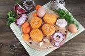 Rissóis de carne a bordo no guardanapo na mesa de madeira — Foto Stock