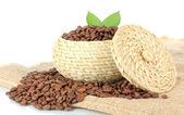 Kávová zrna v misce na bílém pozadí — Stock fotografie