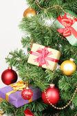 Regali su albero di Natale sullo sfondo della camera — Foto Stock