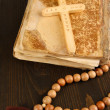 Bible, rosary and cross on wooden table close-up — 图库照片
