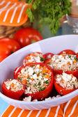Fyllda tomater i skål på träbord närbild — Stockfoto