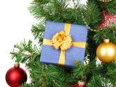 Regalo de Navidad árbol aislado en blanco — Foto de Stock