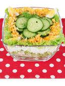 Lahodný salát s vejci, zelí a okurek, izolované na bílém — Stock fotografie