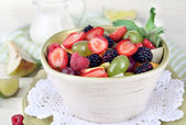 Ensalada de frutas en las placas de mesa de madera junto a la servilleta — Foto de Stock