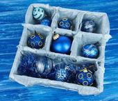 Weihnachten spielzeug in holzkiste auf blauem hintergrund — Stockfoto
