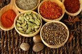 Många olika kryddor och doftande örter på flätad tabell närbild — Stockfoto