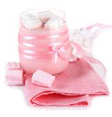 Läckra yoghurt med marshmallows, isolerad på vit — Stockfoto