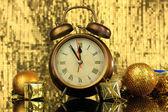 明るい背景上のクロックとクリスマスの装飾の組成 — ストック写真