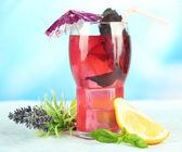 Limonade de basilic rouge en verre, table en bois, sur fond clair — Photo